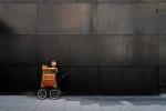 querformat-fotografie - Achim Katzberg - Street - Graphical - [Play the barrel organ ● Hamburg / Februar 2011]