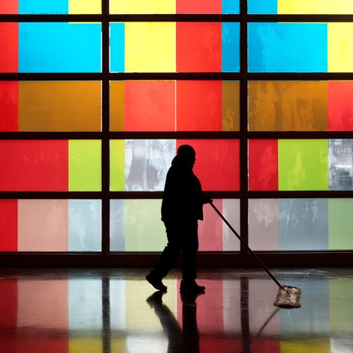 querformat-fotografie - Achim Katzberg - Street - Silhouetten & Schatten - Cleaning Lady