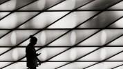 querformat-fotografie - Achim Katzberg - Street - Silhouetten & Schatten - … noch 148713 Mails checken