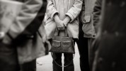 querformat-fotografie - Achim Katzberg - Street - Spontan B/W - Mind the bag!