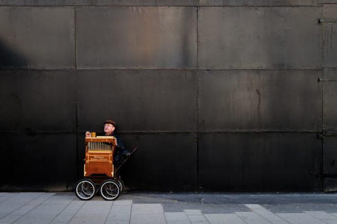 querformat-fotografie - Achim Katzberg - play the barrel organ